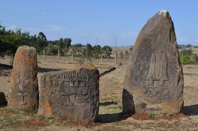 Bãi đá cổ huyền bí ở Châu Phi khiến các nhà khảo cổ học đau đầu vì không giải mã nổi - Ảnh 3.