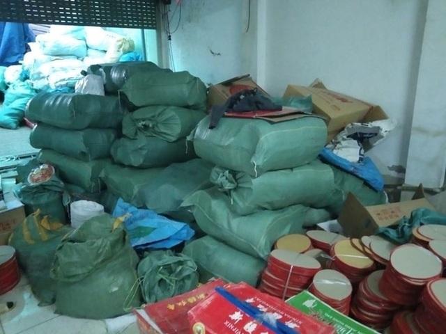 Hà Nội: Đột nhập cơ sở sản xuất mứt tết, thu giữ hàng nghìn sản phẩm không rõ nguồn gốc nguyên liệu - Ảnh 3.