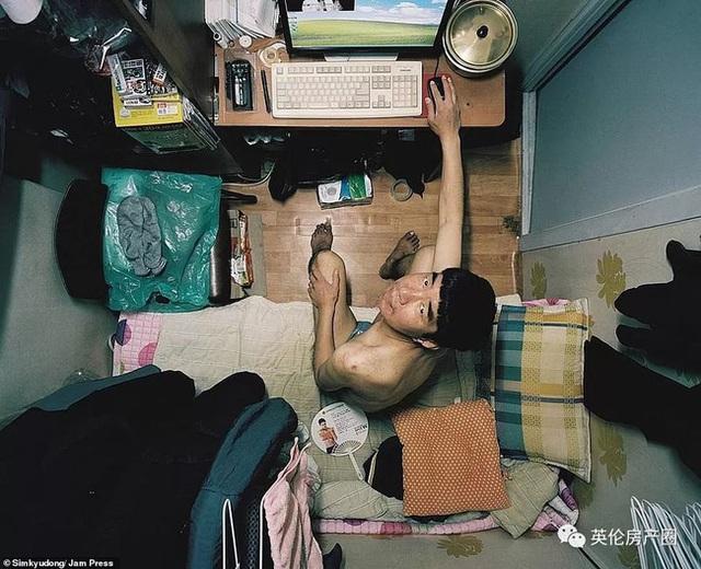 Những bức ảnh phơi bày cuộc sống của người có thu nhập thấp ở Hàn Quốc: Nghẹt thở trong những căn phòng ốc sên chỉ vỏn vẹn 4,6 mét vuông - Ảnh 4.