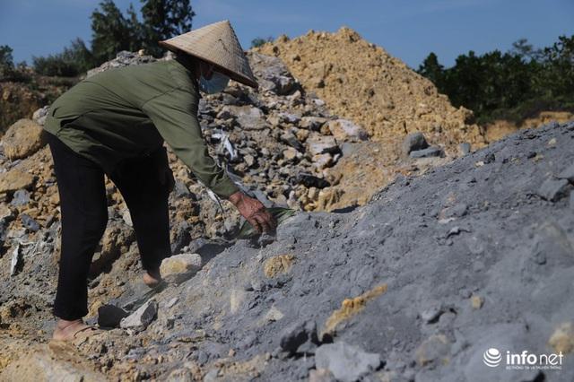 Vụ đổ trộm chất thải nguy hại tại Sóc Sơn: Nuôi vịt vịt chết, dân không dám đến gần - Ảnh 6.