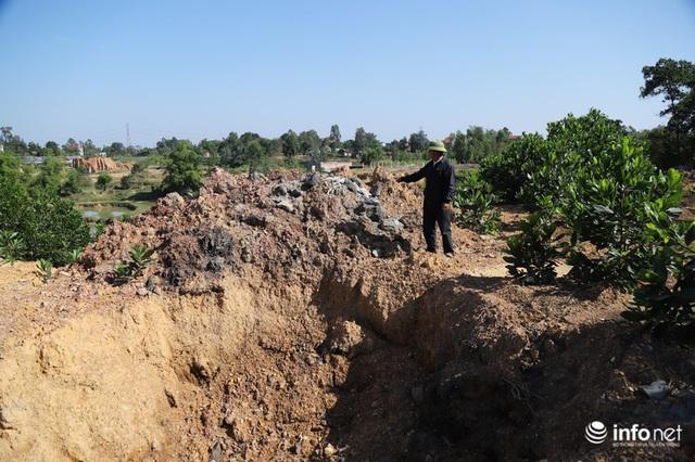 Vụ đổ trộm chất thải nguy hại tại Sóc Sơn: Nuôi vịt vịt chết, dân không dám đến gần - Ảnh 8.