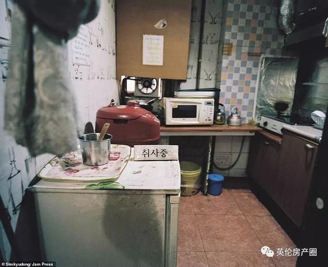 Những bức ảnh phơi bày cuộc sống của người có thu nhập thấp ở Hàn Quốc: Nghẹt thở trong những căn phòng ốc sên chỉ vỏn vẹn 4,6 mét vuông - Ảnh 7.