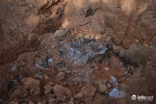 Vụ đổ trộm chất thải nguy hại tại Sóc Sơn: Nuôi vịt vịt chết, dân không dám đến gần - Ảnh 9.