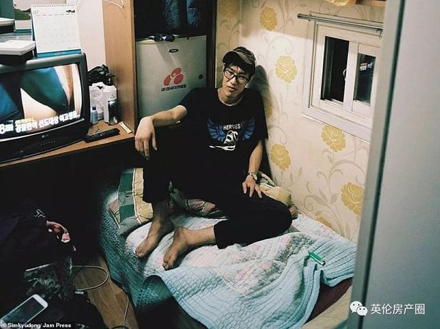 Những bức ảnh phơi bày cuộc sống của người có thu nhập thấp ở Hàn Quốc: Nghẹt thở trong những căn phòng ốc sên chỉ vỏn vẹn 4,6 mét vuông - Ảnh 8.