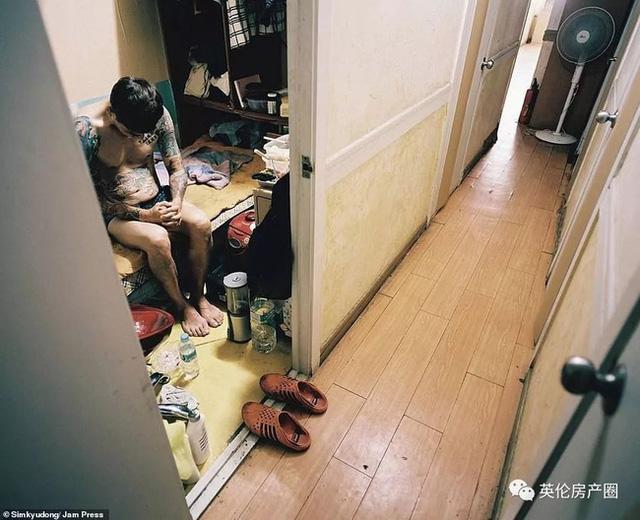 Những bức ảnh phơi bày cuộc sống của người có thu nhập thấp ở Hàn Quốc: Nghẹt thở trong những căn phòng ốc sên chỉ vỏn vẹn 4,6 mét vuông - Ảnh 9.