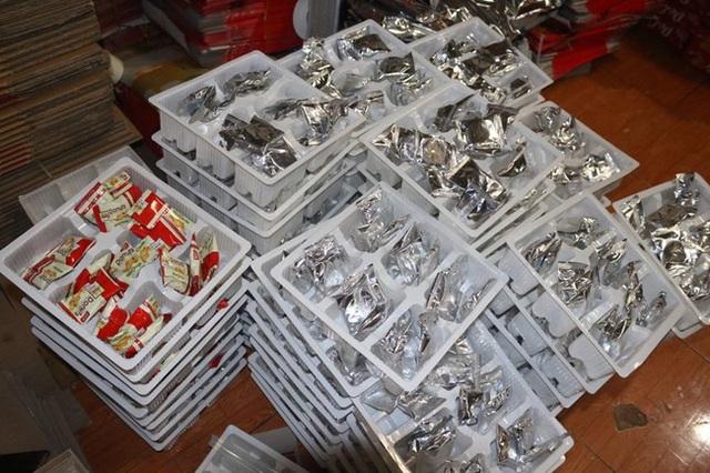 Hà Nội: Đột nhập cơ sở sản xuất mứt tết, thu giữ hàng nghìn sản phẩm không rõ nguồn gốc nguyên liệu - Ảnh 9.