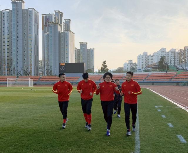 VCK U23 châu Á 2020: Quang Hải và Đình Trọng chính thức ra sân tập luyện cùng đồng đội - Ảnh 3.