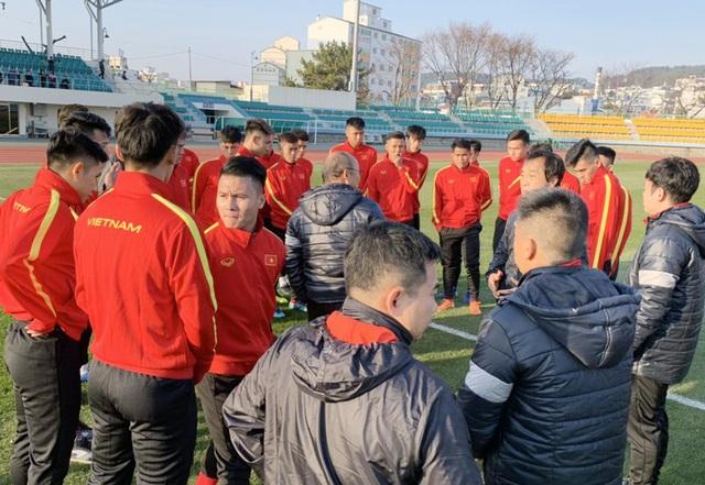 VCK U23 châu Á 2020: Quang Hải và Đình Trọng chính thức ra sân tập luyện cùng đồng đội - Ảnh 1.