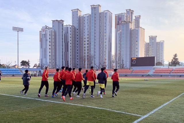 VCK U23 châu Á 2020: Quang Hải và Đình Trọng chính thức ra sân tập luyện cùng đồng đội - Ảnh 2.