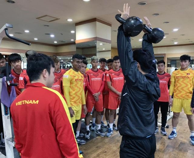 VCK U23 châu Á 2020: Quang Hải và Đình Trọng chính thức ra sân tập luyện cùng đồng đội - Ảnh 5.