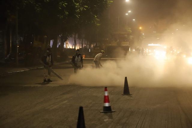 Công nhân thi công đường Nguyễn Trãi thản nhiên 'thổi bụi' vào người tham gia giao thông - Ảnh 4.