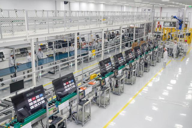 Bên trong nhà máy sản xuất tivi của Vsmart: Nơi chỉ có 352... hạt bụi trong mỗi m3 không khí được phép tồn tại - Ảnh 1.