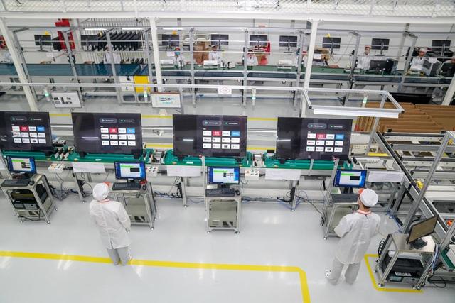 Bên trong nhà máy sản xuất tivi của Vsmart: Nơi chỉ có 352... hạt bụi trong mỗi m3 không khí được phép tồn tại - Ảnh 10.
