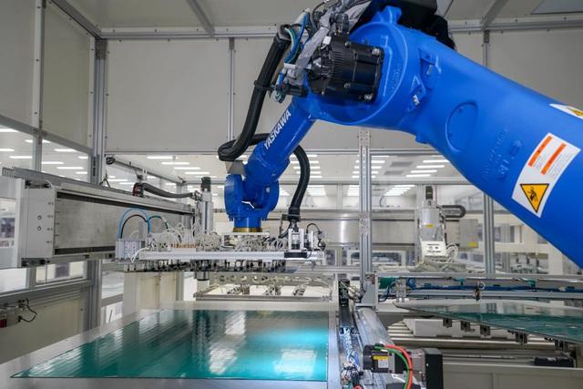 Bên trong nhà máy sản xuất tivi của Vsmart: Nơi chỉ có 352... hạt bụi trong mỗi m3 không khí được phép tồn tại - Ảnh 2.