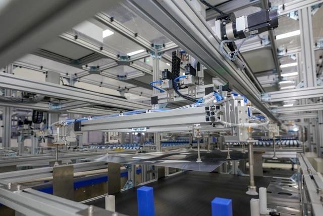 Bên trong nhà máy sản xuất tivi của Vsmart: Nơi chỉ có 352... hạt bụi trong mỗi m3 không khí được phép tồn tại - Ảnh 4.
