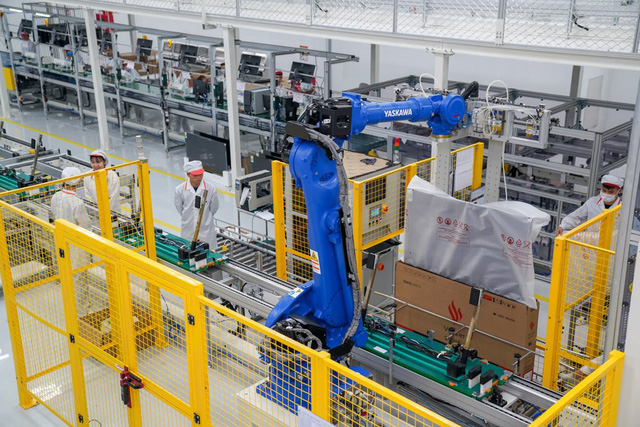 Bên trong nhà máy sản xuất tivi của Vsmart: Nơi chỉ có 352... hạt bụi trong mỗi m3 không khí được phép tồn tại - Ảnh 5.
