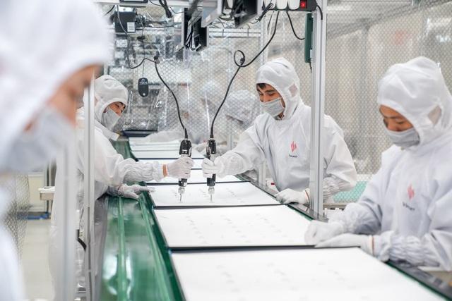 Bên trong nhà máy sản xuất tivi của Vsmart: Nơi chỉ có 352... hạt bụi trong mỗi m3 không khí được phép tồn tại - Ảnh 6.