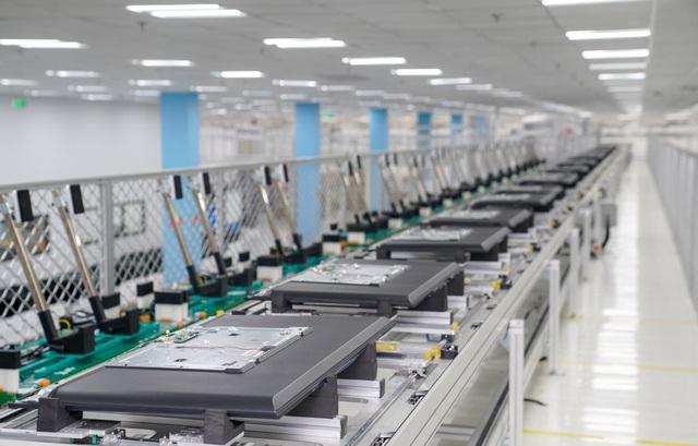 Bên trong nhà máy sản xuất tivi của Vsmart: Nơi chỉ có 352... hạt bụi trong mỗi m3 không khí được phép tồn tại - Ảnh 7.