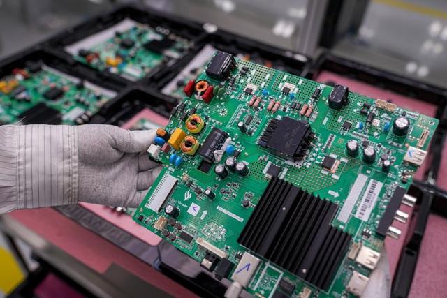 Bên trong nhà máy sản xuất tivi của Vsmart: Nơi chỉ có 352... hạt bụi trong mỗi m3 không khí được phép tồn tại - Ảnh 8.