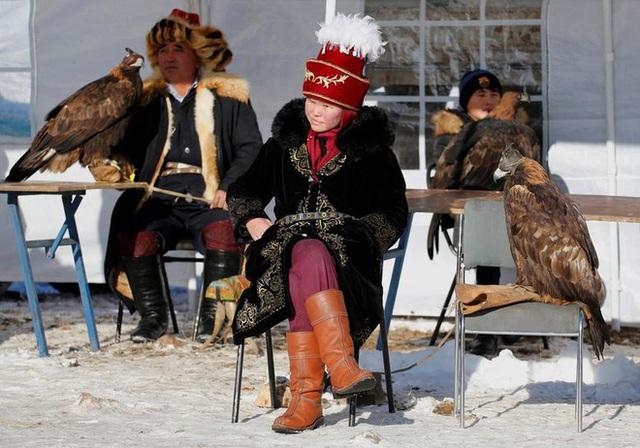Những chú đại bàng vàng dũng mãnh bên cạnh thợ săn Kazakhstan - Ảnh 11.