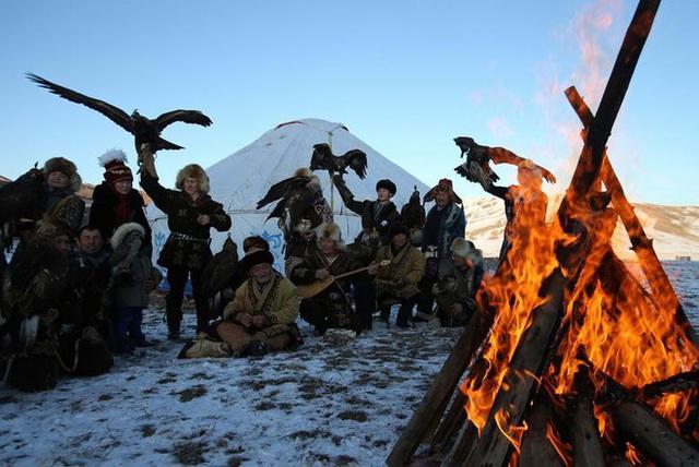 Những chú đại bàng vàng dũng mãnh bên cạnh thợ săn Kazakhstan - Ảnh 5.