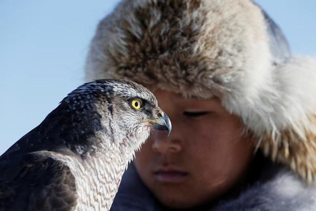 Những chú đại bàng vàng dũng mãnh bên cạnh thợ săn Kazakhstan - Ảnh 6.