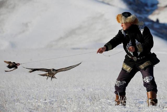 Những chú đại bàng vàng dũng mãnh bên cạnh thợ săn Kazakhstan - Ảnh 8.