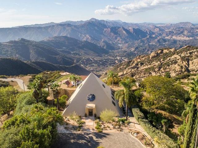 Bên trong kim tự tháp 3 phòng ngủ trên đỉnh núi giá 2 triệu USD - Ảnh 1.