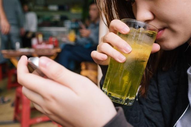 Uống trà mỗi ngày rất tốt, nhưng trà đá vỉa hè mang lại nhiều nguy cơ hơn là lợi ích - Ảnh 1.