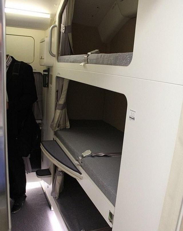 Hoá ra trên máy bay có phòng ngủ riêng cho phi công và tiếp viên: phải đi vào bằng lối bí mật, độ rộng - hẹp thì còn tuỳ - Ảnh 13.