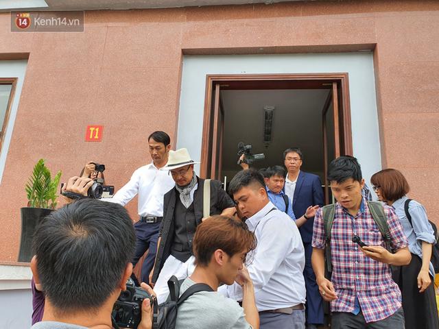 Xin đổi thẩm phán không thành, bà Lê Hoàng Diệp Thảo rưng rưng: Cả 5 mẹ con tôi van xin HĐXX xem xét để chúng tôi có cơ hội đoàn tụ, chăm sóc sức khỏe cho chồng - Ảnh 5.