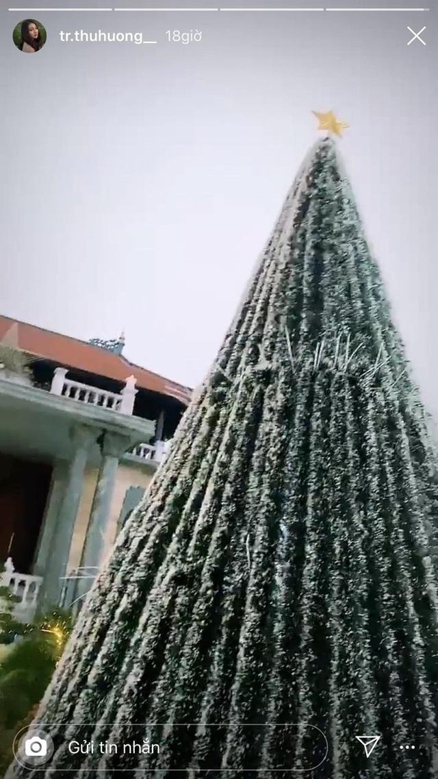 Cô dâu 200 cây vàng khoe trang hoàng nhà cửa dịp Giáng sinh, để lộ chỗ ở là biệt phủ siêu to khổng lồ - Ảnh 2.