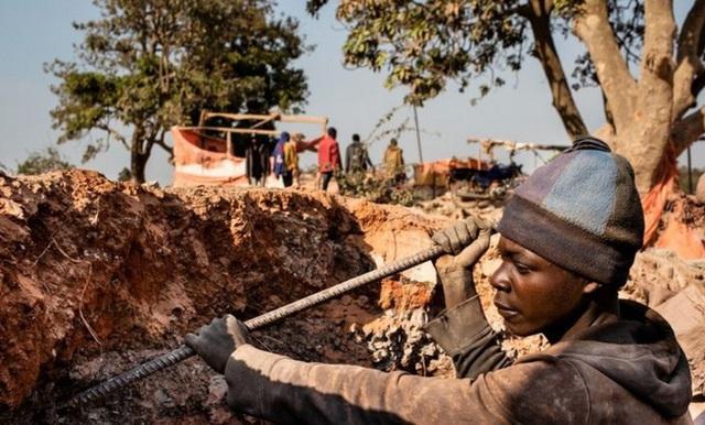 Apple, Microsoft, Tesla, Alphabet,…đồng loạt bị khởi kiện vì lạm dụng lao động trẻ em trong các mỏ khai thác coban - Ảnh 1.