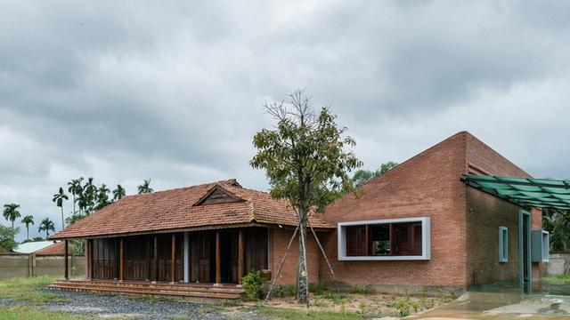 Mãn nhãn với ngôi nhà nội thất toàn bằng gỗ, như ốc đảo giữa nông thôn Việt Nam - Ảnh 1.