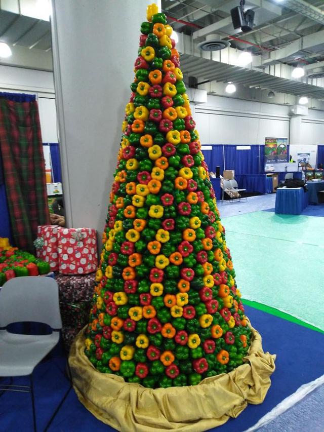 Ngắm 20 cây thông Noel cực chất từ những nhân viên sáng tạo - Ảnh 2.