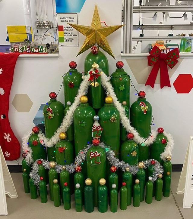 Ngắm 20 cây thông Noel cực chất từ những nhân viên sáng tạo - Ảnh 12.