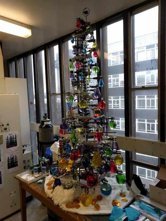 Ngắm 20 cây thông Noel cực chất từ những nhân viên sáng tạo - Ảnh 5.