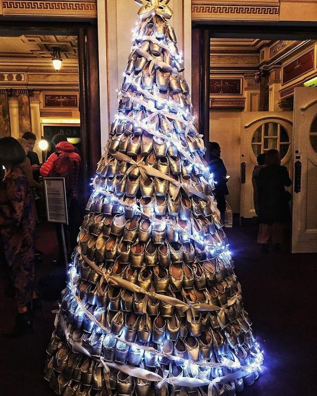 Ngắm 20 cây thông Noel cực chất từ những nhân viên sáng tạo - Ảnh 7.