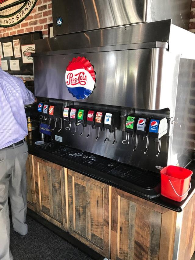 Vì sao nhiều nơi vẫn có thể bán cả Pepsi và Coca Cola nhưng riêng những nhà hàng như KFC hay McDonald's thì không? 'Gông cùm' nằm ngay gần quầy thu ngân! - Ảnh 3.