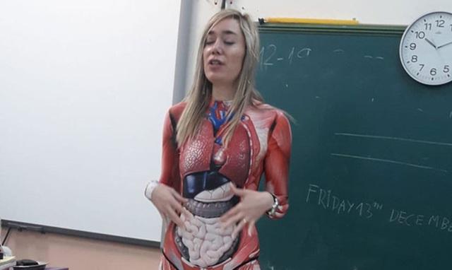 Để học sinh hiểu rõ các bộ phận cơ thể người, cô giáo mặc nguyên bộ đồ in hình nội tạng đi dạy - Ảnh 1.