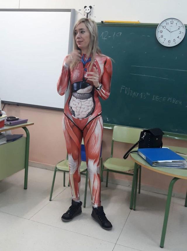 Để học sinh hiểu rõ các bộ phận cơ thể người, cô giáo mặc nguyên bộ đồ in hình nội tạng đi dạy - Ảnh 2.