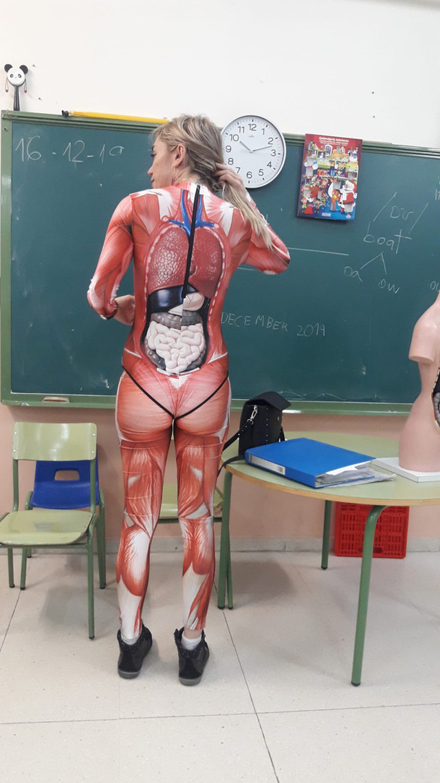Để học sinh hiểu rõ các bộ phận cơ thể người, cô giáo mặc nguyên bộ đồ in hình nội tạng đi dạy - Ảnh 3.