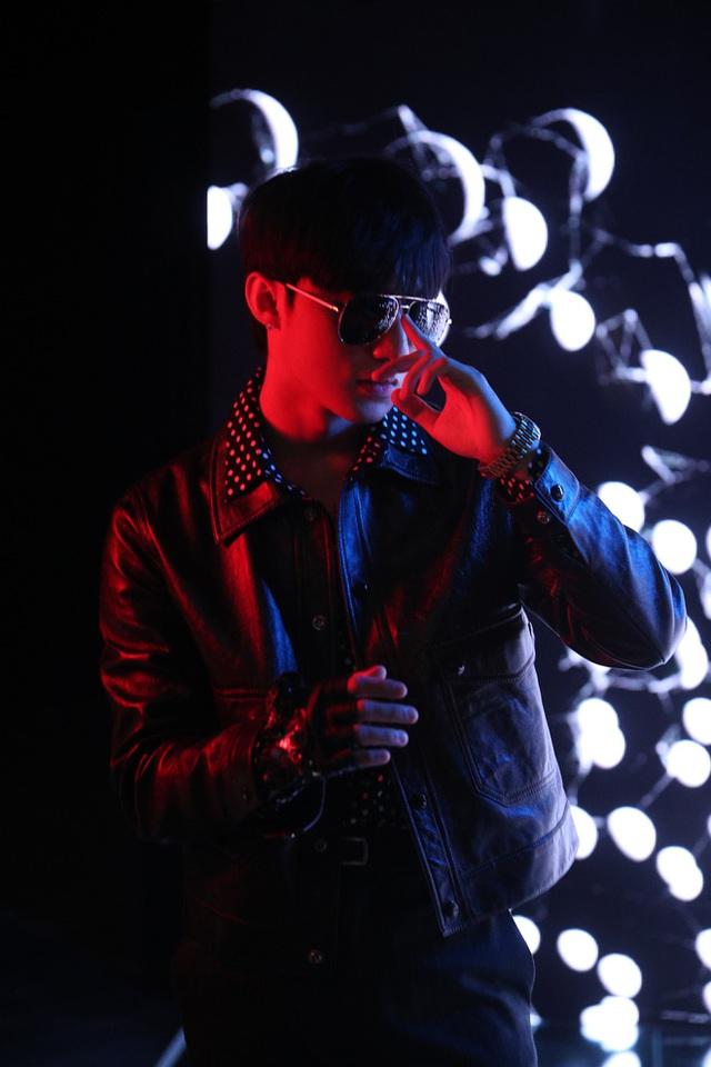 Chủ tịch Sơn Tùng M-TP cực ngầu, chiếm trọn Spotlight trong triển lãm Cục Im Lặng của NTK Nguyễn Công Trí - Ảnh 6.