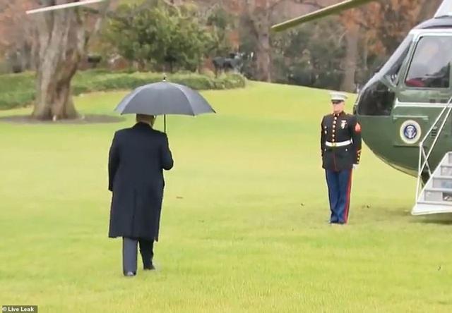 Khoảnh khắc Tổng thống Trump đãng trí, bỏ quên vợ ở phía sau và phản ứng bất ngờ của Đệ nhất phu nhân Mỹ thu hút sự chú ý - Ảnh 2.