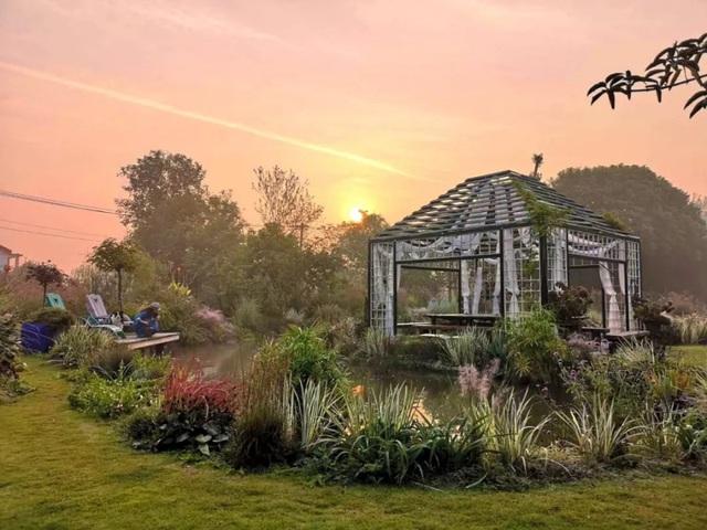 Cặp vợ chồng trẻ dành 5 năm để biến khu đất hoang rộng 6000m² thành khu vườn thiên đường của cỏ cây, hoa lá - Ảnh 26.