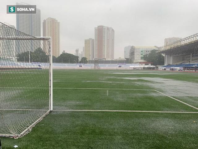 Sân bóng SEA Games ngập sũng nước trước giờ G, tiềm ẩn nguy cơ lớn cho U22 Việt Nam - Ảnh 4.