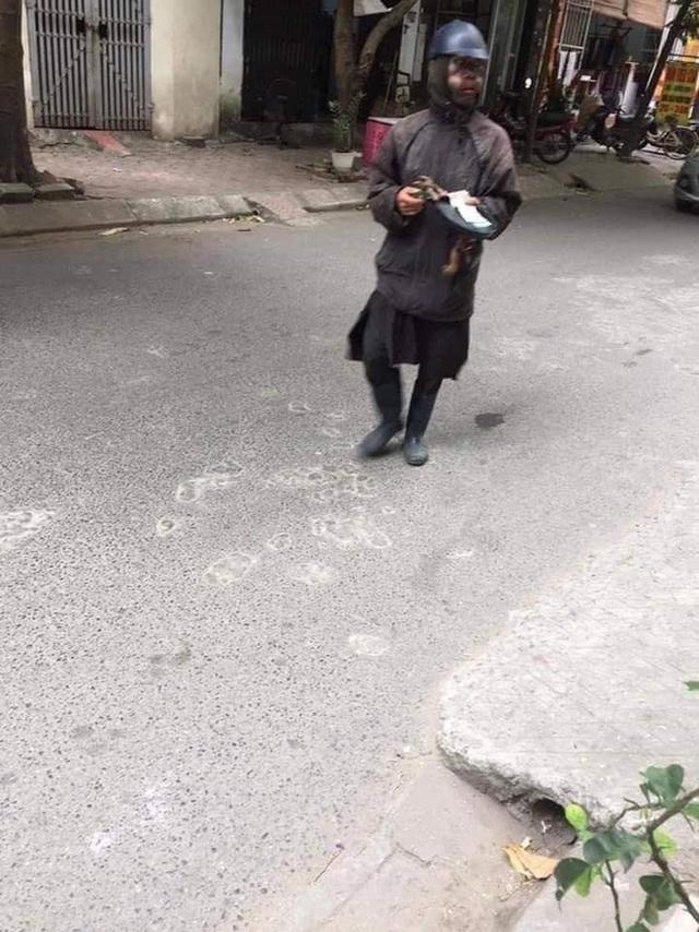 Hà Nội xuất hiện đối tượng mặc đồ đen cầm tiền lẻ và đồ chơi đứng trước cổng trường rất đáng nghi, phụ huynh hết sức cảnh giác - Ảnh 3.