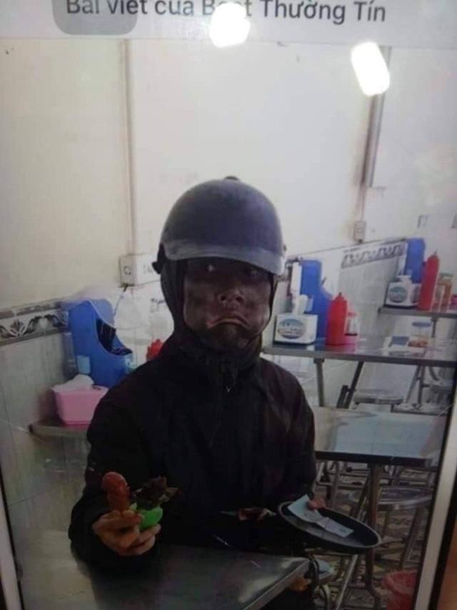 Hà Nội xuất hiện đối tượng mặc đồ đen cầm tiền lẻ và đồ chơi đứng trước cổng trường rất đáng nghi, phụ huynh hết sức cảnh giác - Ảnh 4.