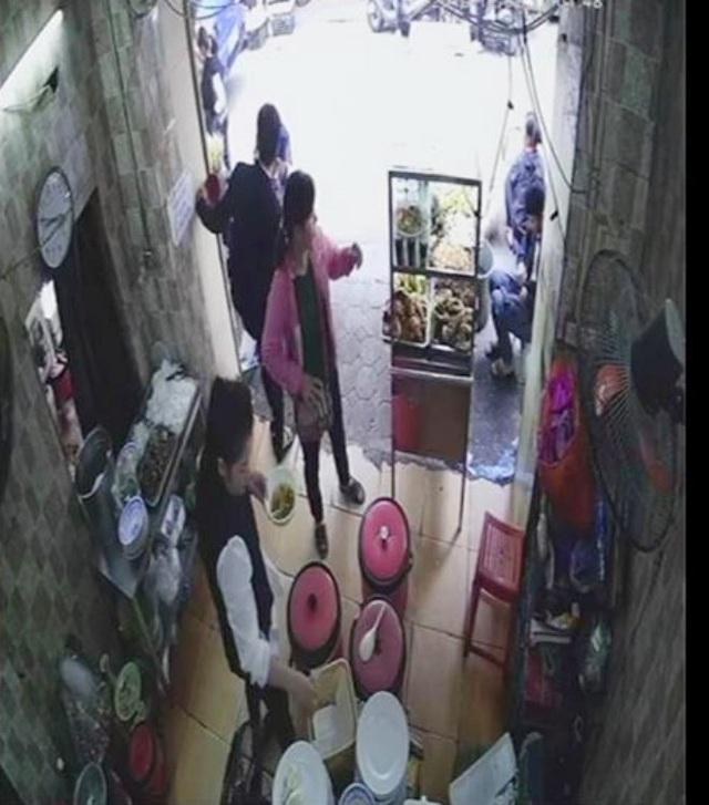 Chủ quán cơm ở cổng BV Bạch Mai bị tố 'chặt chém' lên tiếng - Ảnh 1.