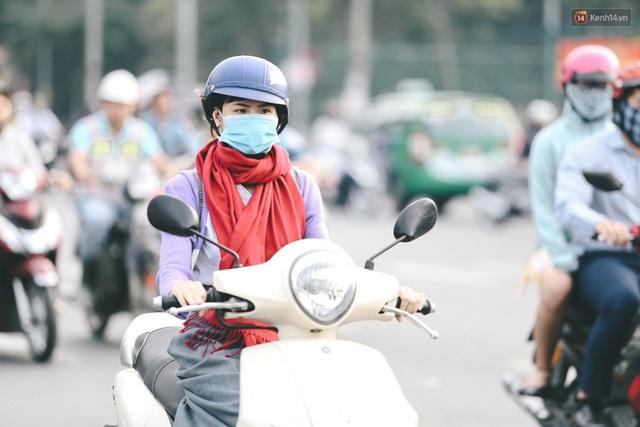 Ảnh: Không khí giảm còn 20 độ C vào sáng sớm, người Sài Gòn co ro trong cái lạnh những ngày chớm đông - Ảnh 15.